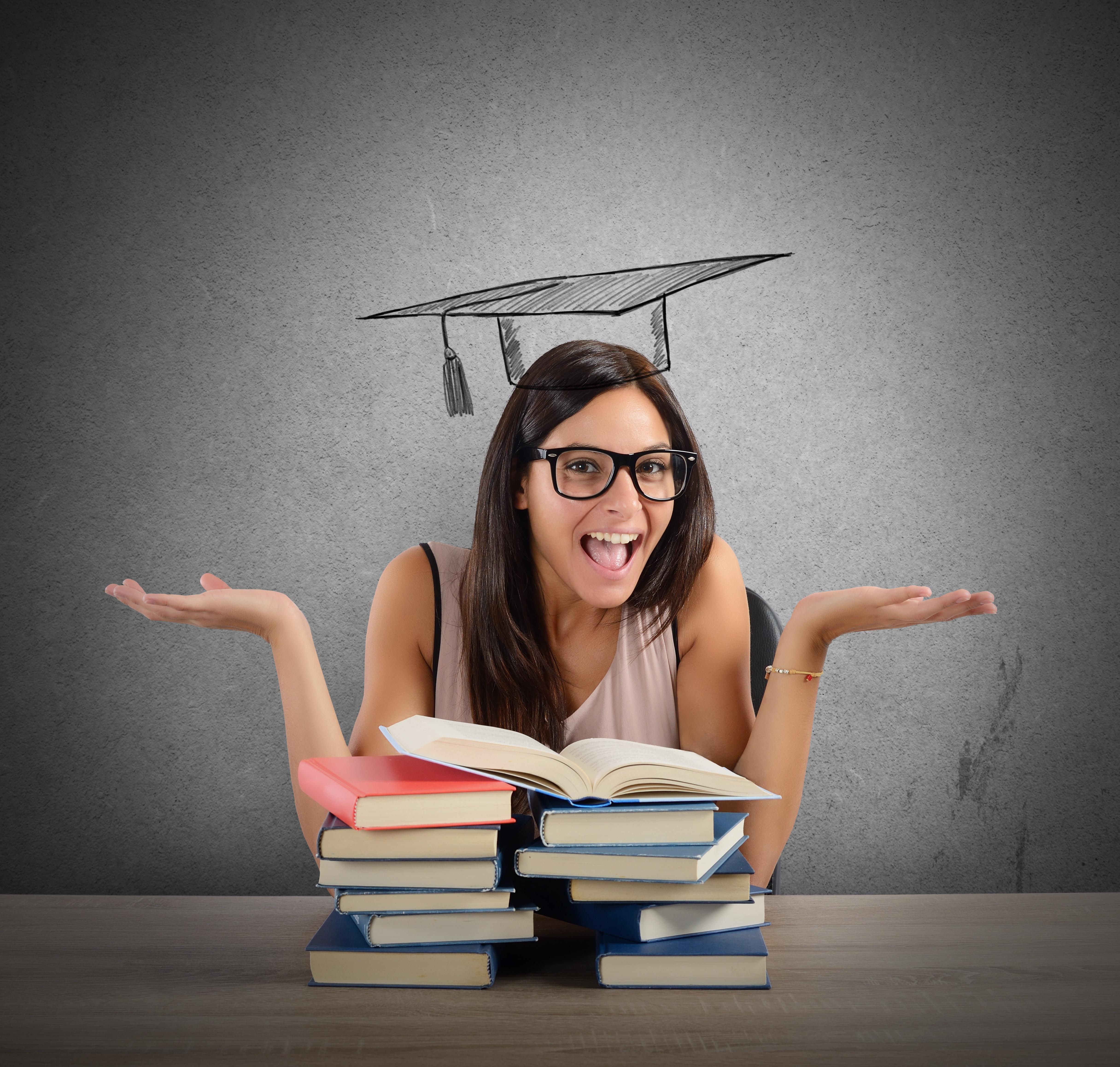 Abbildung zeigt eine junge Frau hinter einem Bücherstapel