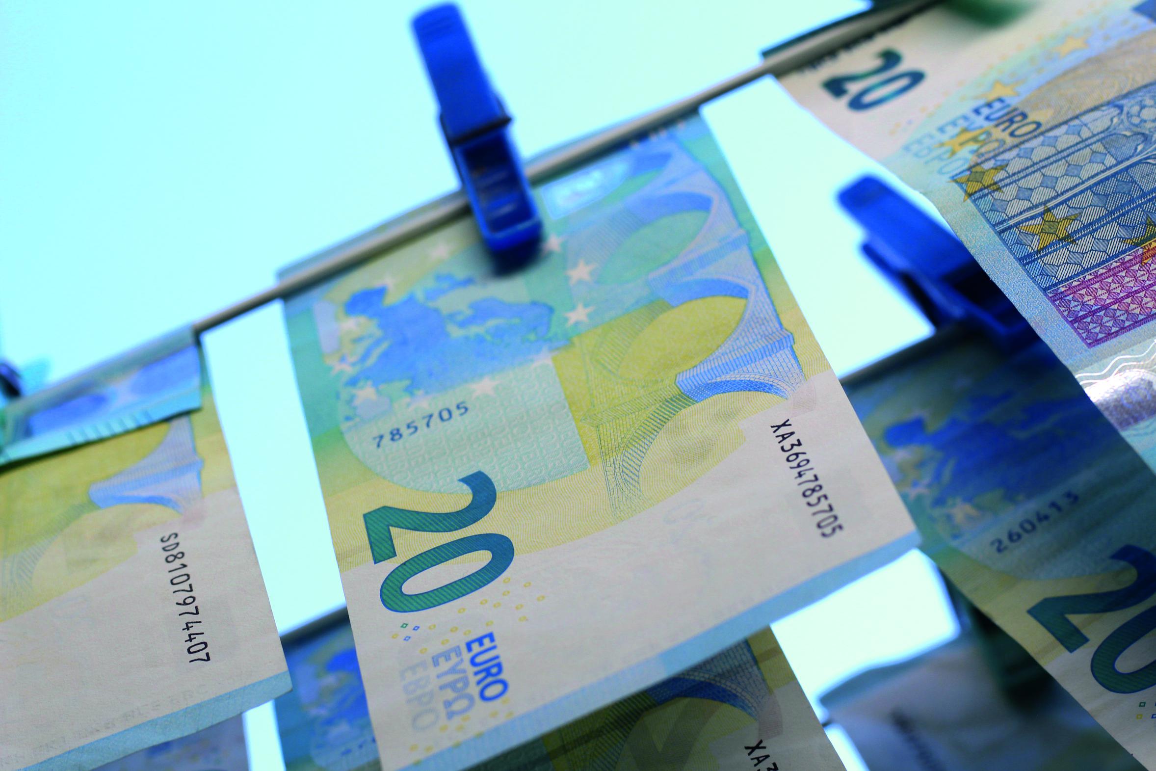 Abbildung zeigt Geldscheine an einer Wäscheleine