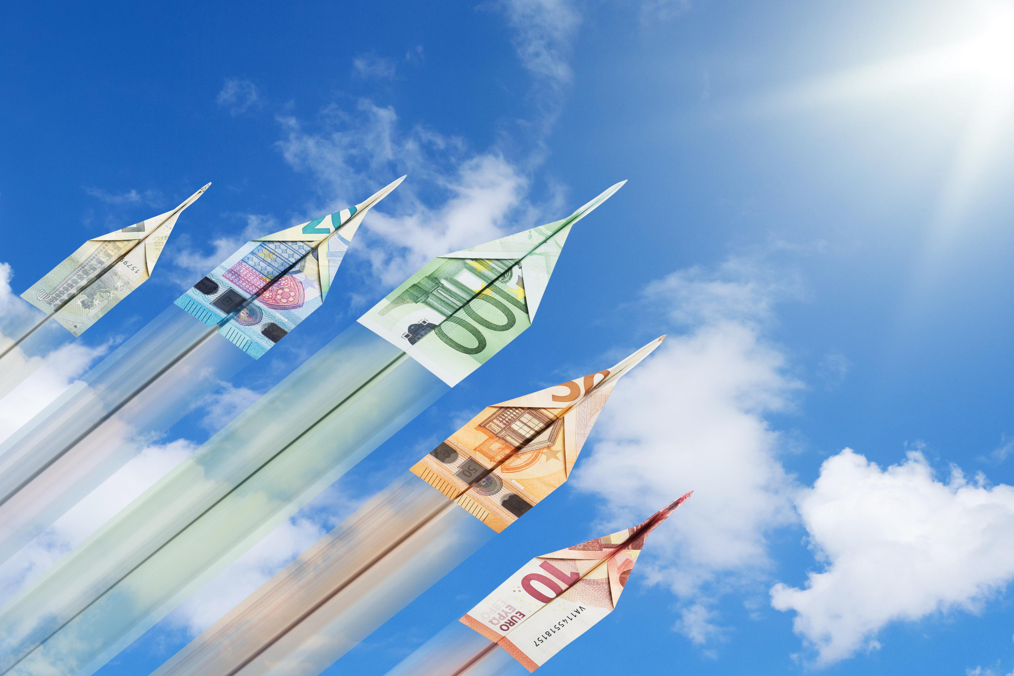 Abbildung zeigt Papierflieger aus Geldscheinen