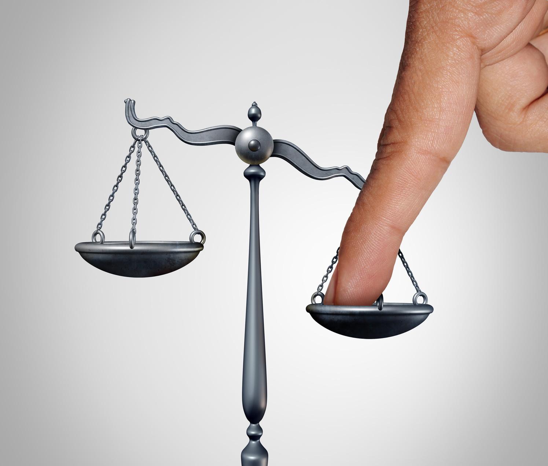 Bild zeigt Waage als Symbol für Gerechtigkeit