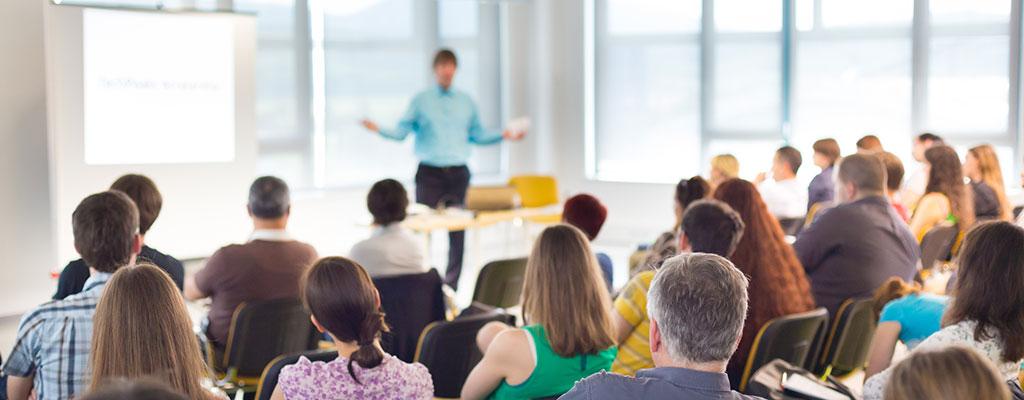 Abbildung zeigt Personen die an in einem Seminar teilnehmen