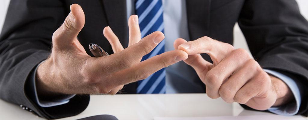 Abbildung zeigt Person die in einer Beratungsituation mit der Hand gestikuliert