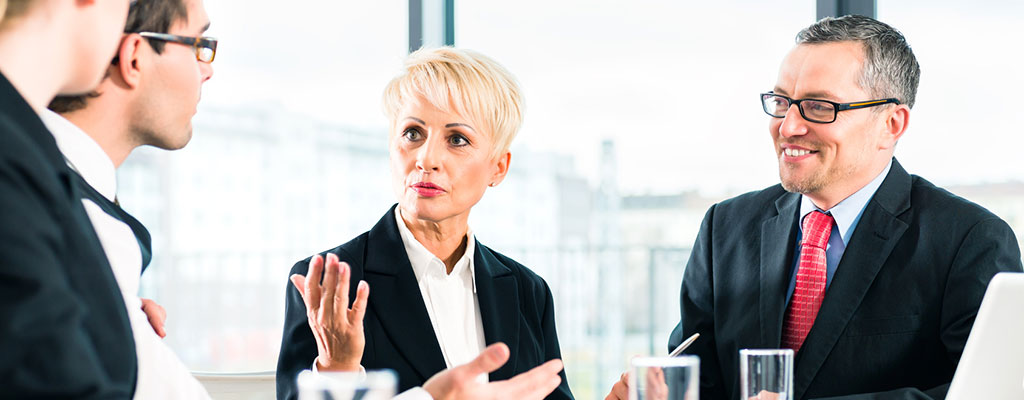 Abbildung zeigt Personen in einer Gesprächsituation, warscheinlich eon Meeting