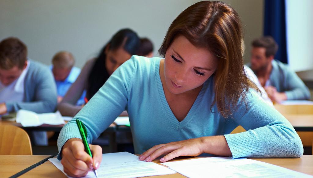 Abbildung zeigt Junge Frau, die eine Prüfung in einem Arbeitsbewertungszentrum ablegt