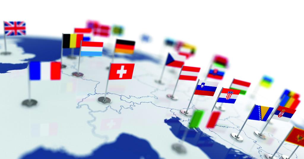 Abbildung von Europa auf einer Weltkugel mit Landesflaggen der EU-Staaten