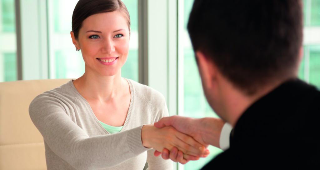 Abbildung zeigt Personen, die sich freundlich die Hand geben