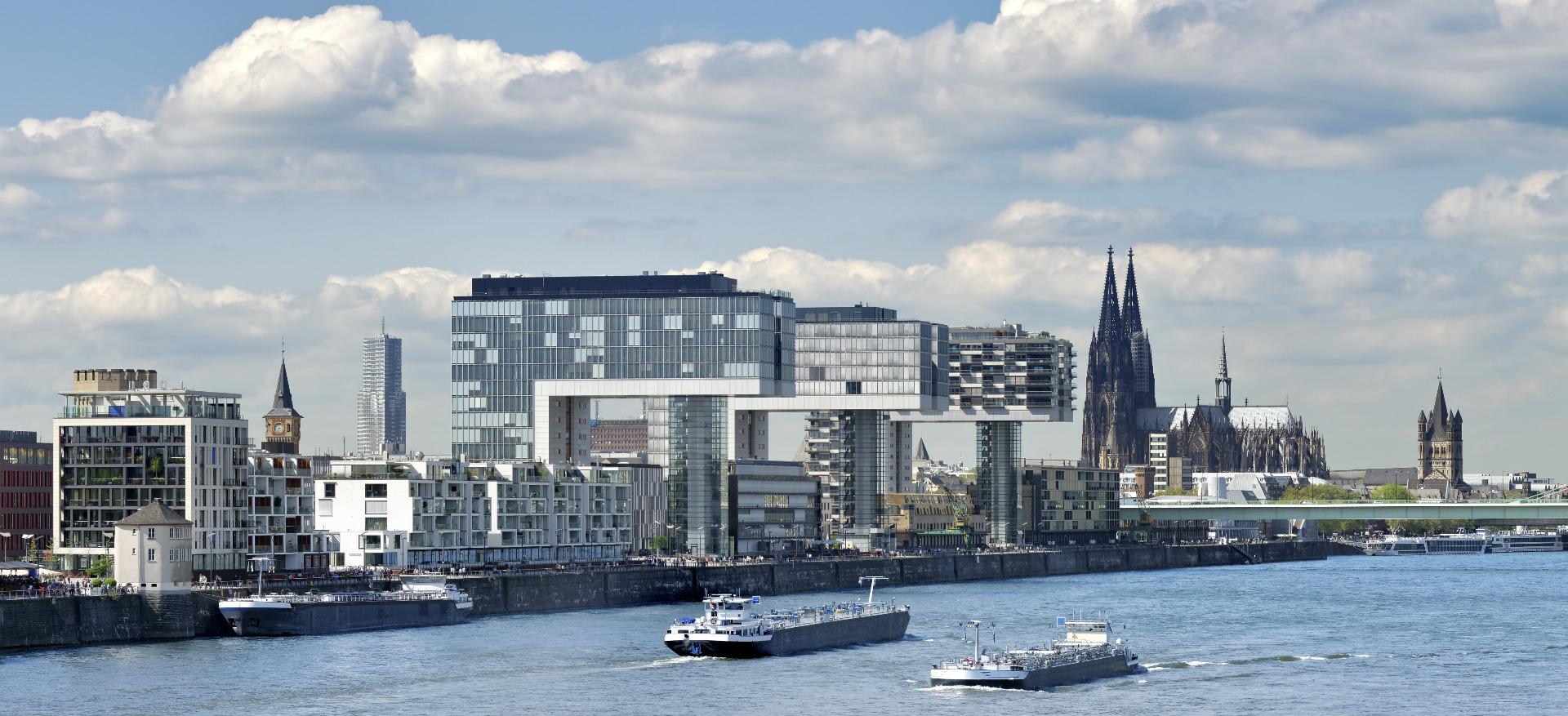 Blick auf die Skyline von Köln, zu sehen der Rhein, der Kölner Dom und die Kranhäuser