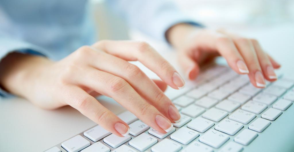 Abbildung zeigt Person mit Händen auf einer Tastatur