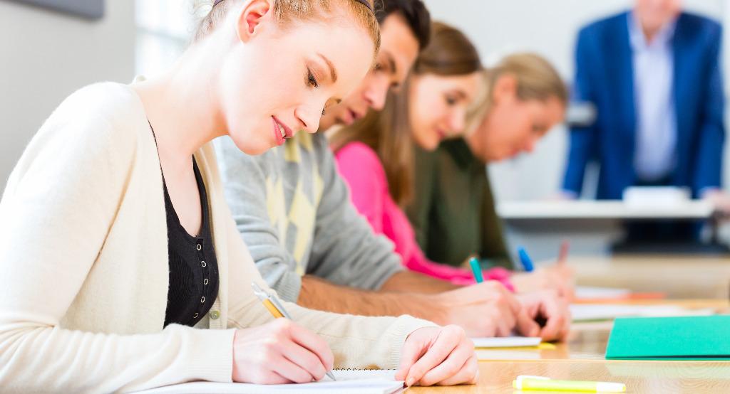 Âbbildung zeigt Personen in einer Prüfungssituation